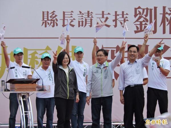 蔡英文(前排左)強力推薦劉櫂豪(前排中)。(記者張存薇攝)