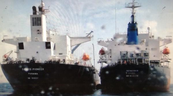 外籍貨輪在我海域接駁柴油圖利,海巡官員憂心國際油價飆漲,加上我國油價又凍漲,油蟲見有利可圖,油品走私案將層出不窮。(記者林嘉東翻攝)