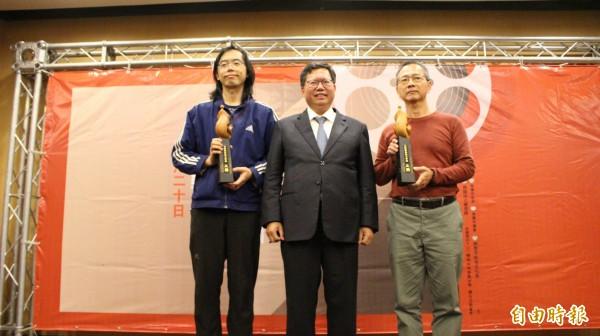 桃園市長鄭文燦與長篇小說獎得主張英珉(左)、葉公誠(右)合影。(記者謝武雄攝)