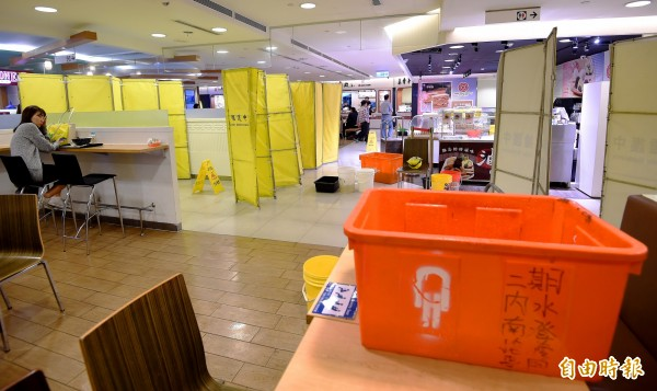 桃園機場第二航廈B2美食街順成蛋糕附近天花板,今天下午5時10分發生漏水情形。(記者朱沛雄攝)