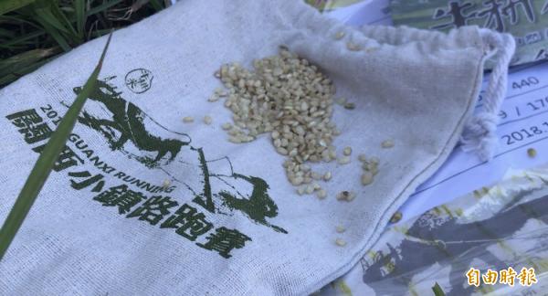 關西小鎮路跑賽今年送給完賽跑友的驚喜禮物~2人份牛耕米。(記者黃美珠攝)