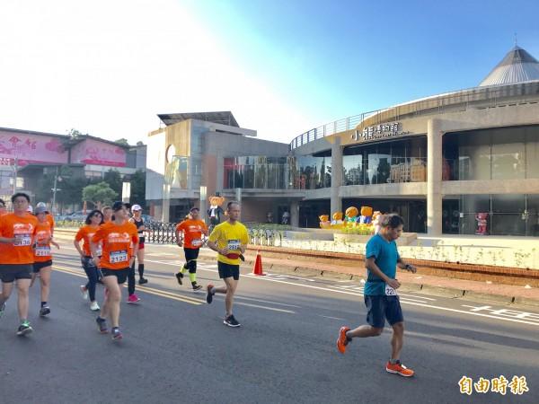跑友們今早在清晨的曙光中揮別小熊博物館起跑。(記者黃美珠攝)