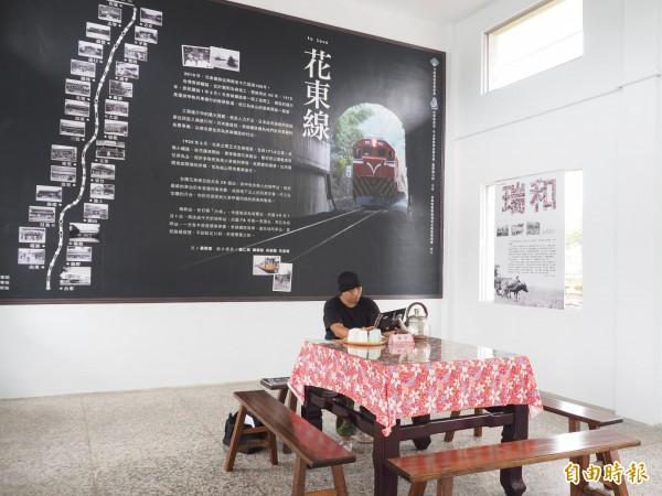瑞和火車站維護志工韓冠宇在車站內設置奉茶桌,熱情向到車站的民眾介紹瑞和社區的點滴。(記者王秀亭攝)