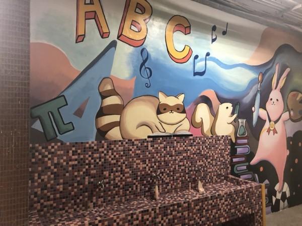 台南市東區復興國中教務處牆面意象彩繪。(記者王俊忠翻攝)
