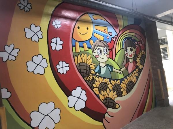 台南市東區復興國中輔導室牆面意象彩繪。(記者王俊忠翻攝)