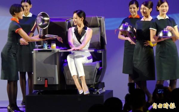 長榮航空今天舉行首架波音787夢幻客機發表會,董事長林寶水表示,長榮波音787-9是精品中的精品,長榮總共訂了24架,象徵提升長榮航空服務品質。(記者姚介修攝)