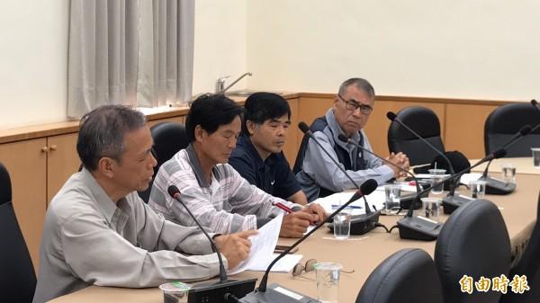 地主代表徐耀文(左)說,縣府委外估價,結果3次通知的結果,價購單價先是暴漲後又暴落,讓他們很難接受,想弄清楚估價的基準為何。(記者黃美珠攝)