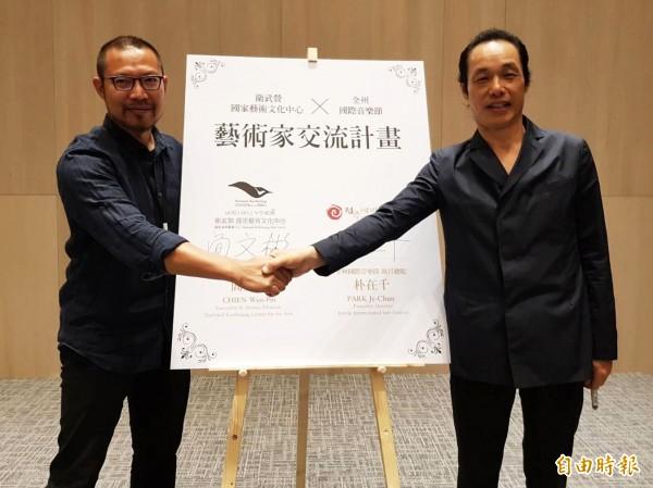 衛武營國家藝術文化中心藝術總監簡文彬(左)今與韓國全州國際音樂節執行總監朴在千簽訂合作備忘錄。(記者陳文嬋攝)