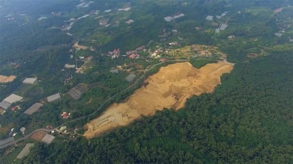 位在大內與玉井之間的「大坪頂」,屬於曾文溪水質水量保護區範圍,但是山林植被遭砍伐整地,空拍圖像是挖「超級大蕃薯」。(網友提供)