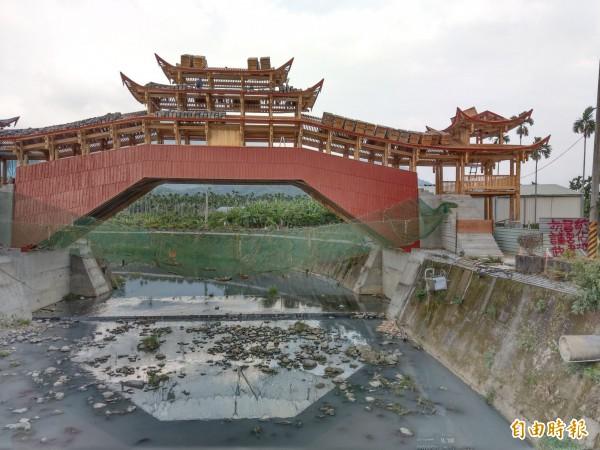 由南投集集鎮武昌宮興建的中國廊橋,驚傳遭噴漆抗議(右)。(記者劉濱銓攝)