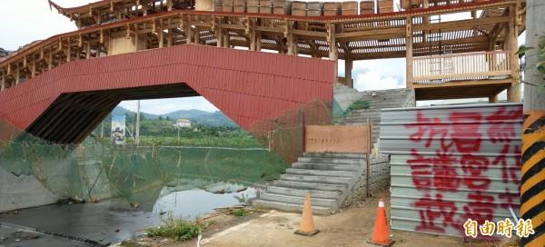 由南投集集鎮武昌宮興建的中國廊橋,疑似土地糾紛,驚傳遭噴漆抗議。(記者劉濱銓攝)