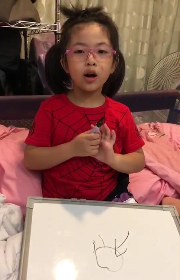 重度聽障的郭小妹在雙耳裝置人工電子耳後,聽力與常人差不多,現在說中英文流利。(記者蔡淑媛翻攝)