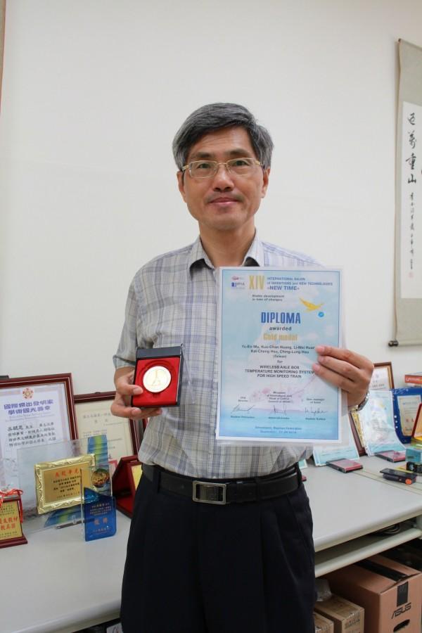 高雄科技大學電子工程系副教授吳毓恩研發的「無線軸箱溫度監測系統」,在「2018烏克蘭國際發明展」摘金。(高雄科技大學提供)
