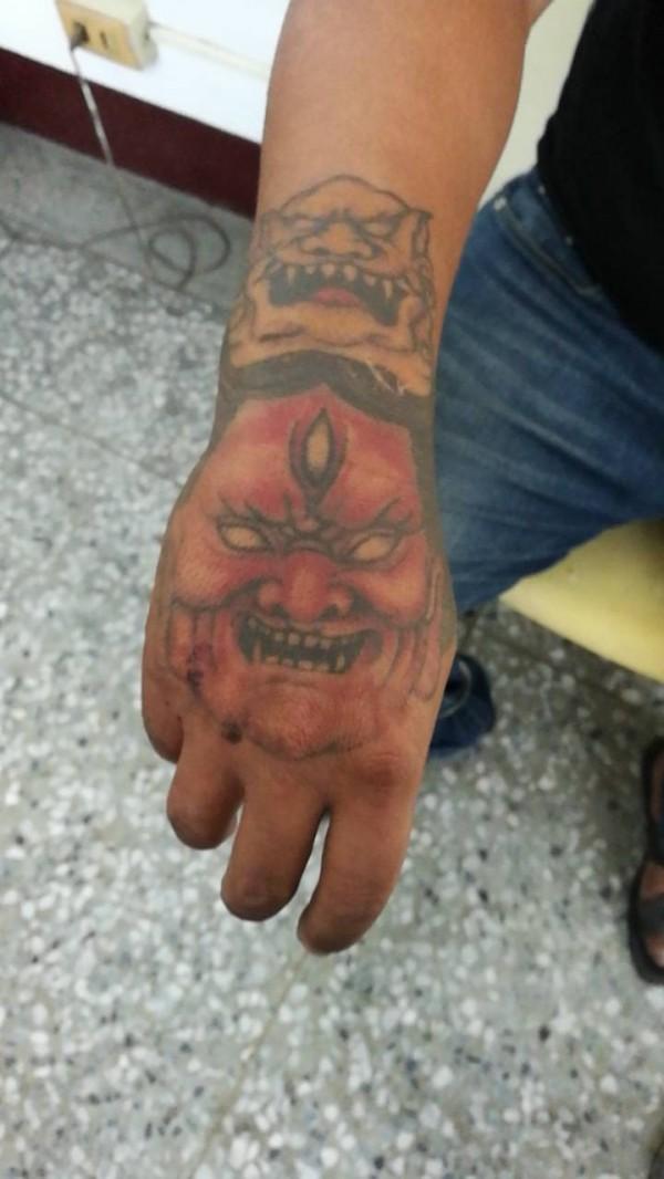 許嫌右手上的刺青。(記者陳彥廷翻攝)
