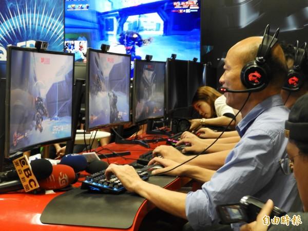 韓國瑜體驗電競遊戲。(記者葛祐豪攝)