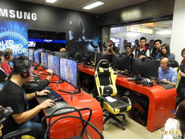 韓國瑜(右)、高思博(左)合體,聯手推動電競產業。(記者葛祐豪攝)