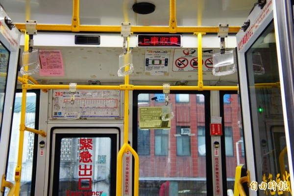 台北市一段票公車,現有上車刷卡或下車刷卡兩種方式,未來擬統一為上、下車都得刷卡。(記者黃建豪攝)