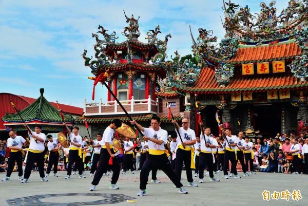 仁壽宮的架棚儀式,各境內陣頭齊聚廟前,陸續操演由神明校閱。(記者吳俊鋒攝)