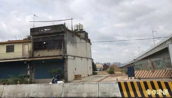 拒絕拆遷的林姓地主房宅就在中興路旁,是新竹縣高鐵橋下連絡道延伸入竹科2期工程的「最後1哩路」所在。(記者黃美珠攝)