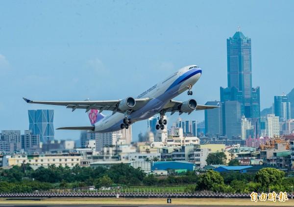 高雄城市之美吸引許多觀光客到港都旅遊。(記者張忠義攝)