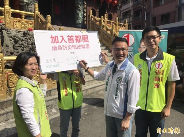 基隆市議員候選人張顥瀚(右)、連淑慧(左)共同簽署加入「首都圈議員防災問政聯盟」。(記者林欣漢攝)