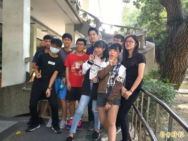 立委蔣萬安回到父母親師生戀的虎尾高中校園,受到學生熱情歡迎合照。(記者廖淑玲攝)