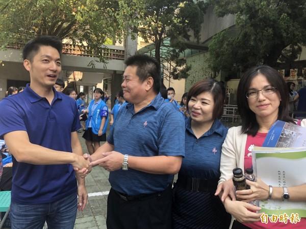 立委蔣萬安回到父母親師生戀虎尾高中校園,校長薛東埠(左二)介紹學校現況。(記者廖淑玲攝)