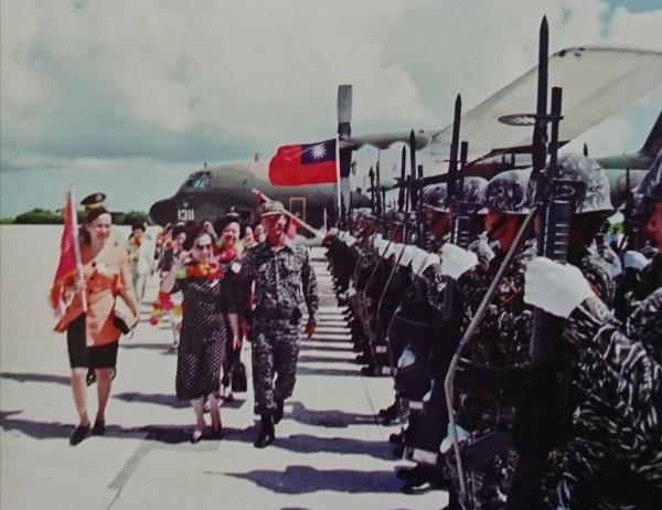 前婦聯會主委辜嚴倬雲及官夫人當年勞軍,國軍須列隊恭迎。(記者陳鈺馥翻攝)