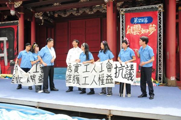 靜宜大學台灣文學系學生在彰化孔廟演出《星條旗下的藍衫夢》舞台劇,獲好評。(靜宜大學提供)