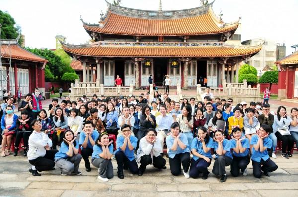靜宜大學台灣文學系學生在彰化孔廟演出《星條旗下的藍衫夢》舞台劇,獲好評,師生一起在孔廟前合影留念。(靜宜大學提供)