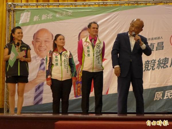 民進黨新北市長候選人蘇貞昌(右)為同黨籍市議員候選人蘇錦雄(右二)站台助選。(記者李雅雯攝)