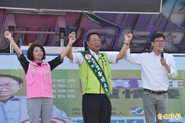 民進黨高雄市長候選人陳其邁(右)今天為市議員候選人黃明太(中)站台,強調未來半導體產業製造集中在北高雄。(記者蘇福男攝)