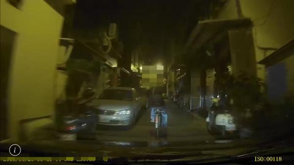 鳳山2警遭歹徒開槍偷襲,仍冒死逮匪,警局長要報破格升職。(記者黃良傑翻攝)