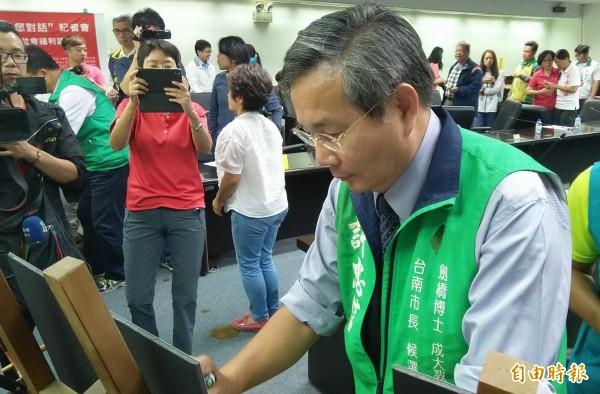 台南市長候選人許忠信親臨簽署。(記者蔡文居攝)