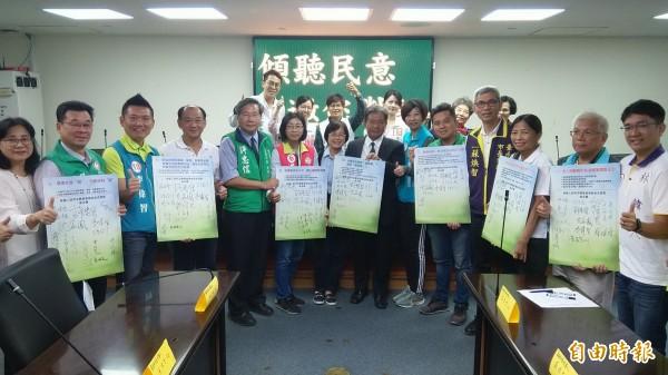 包括市長候選人、議員及議員候選人共20人,簽署台南婦團提出的7大需求。(記者蔡文居攝)
