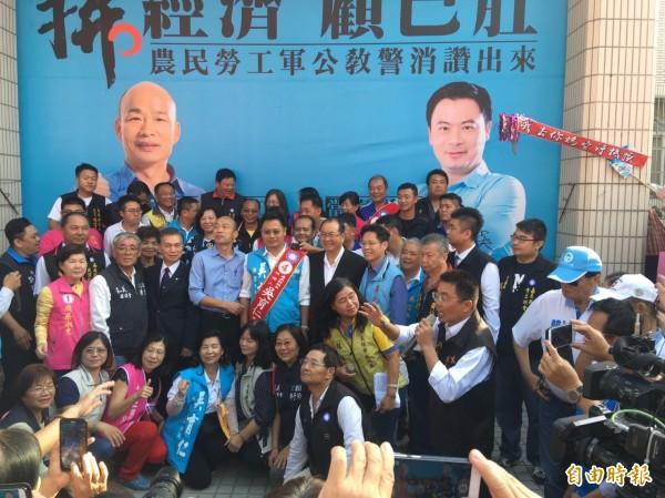 高雄市長候選人韓國瑜到嘉義縣助選,與國民黨五合一候選人合影。(記者蔡宗勳攝)