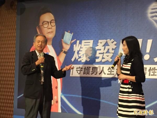 泌尿科醫師李芳斌(左)說,年輕時就得開始保養,預防攝護腺疾病。(記者洪臣宏攝)