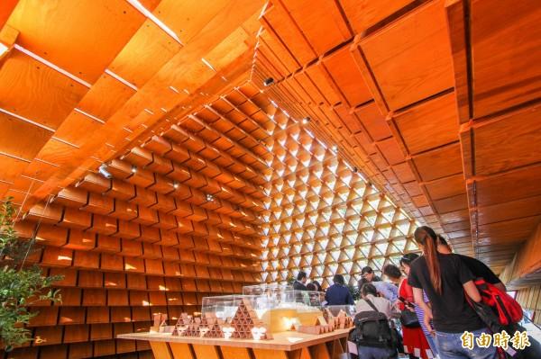 「台開三角積木概念館」內部也很美。(記者歐素美攝)