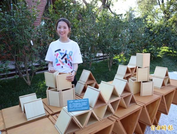 「台開三角積木概念館」設有動手做體驗平台,遊客可用三角積木創作,並有機會獲得積木組。(記者歐素美攝)