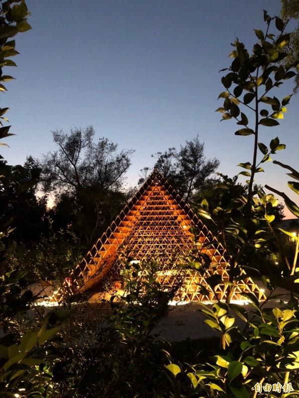 「台開三角積木概念館」夜間打燈也很美。(台開提供)