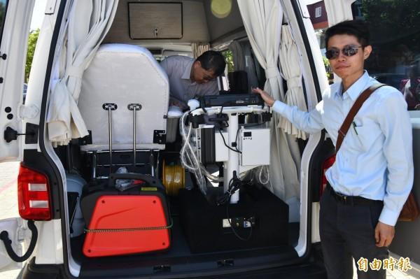診療車配備配備有心電圖、移動式彩色超音波可執行心臟、頸動脈、腹部等超音波。(記者蔡宗憲攝)