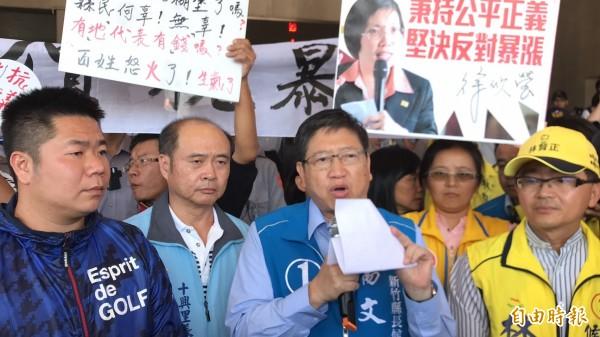 今天各黨派、各陣營的候選人儘管陪同爭取地價稅「凍漲」的地主們向縣府抗議,但是他們普遍的立場都是「反對暴漲」。(記者黃美珠攝)