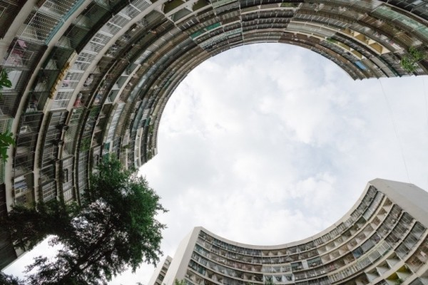日本名攝影師佐藤健壽拍攝左營眷村大樓。高市觀光局提供)