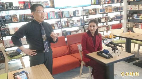 厲馥華(右)今與律師共同開記者會,加碼爆料曾遭陳清治性騷擾。(記者黃捷攝)
