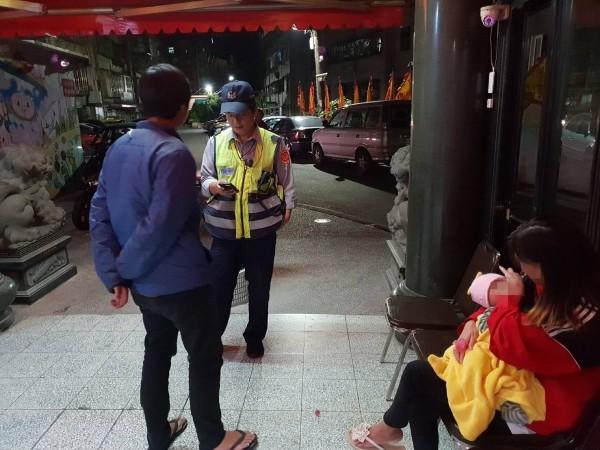 劉男一家人待在宮廟休息,被巡邏警員發現(記者吳昇儒翻攝)