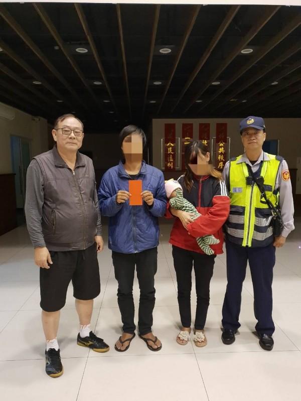 警友站長計豫民(左1)贈與慰問金給劉男(記者吳昇儒翻攝)