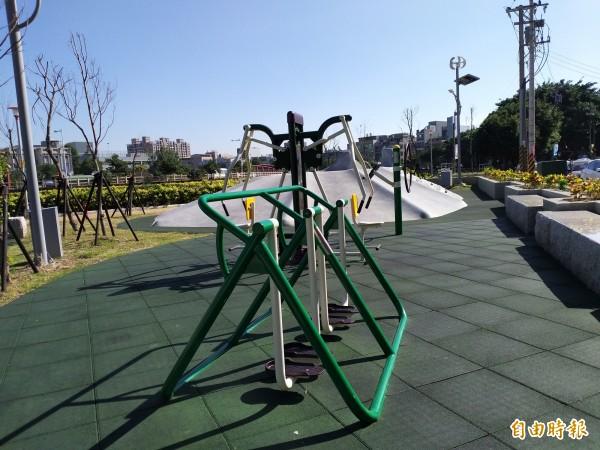 竹北市公所表示,新崙公園設計以親子遊憩、表演、市集三大構想為出發點,串連運動健身,規劃了體健、遊具、停車等設施,還建置一座開放式的表演舞台。(記者廖雪茹攝)