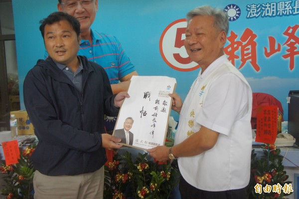 藍軍賴峰偉競選總部,由賴秘書陳其育代表接受。(記者劉禹慶攝)