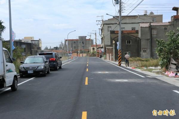 經地方爭取廿年,後龍外埔漁港特定區八號道路完成拓寬,今正式通車。(記者鄭名翔攝)