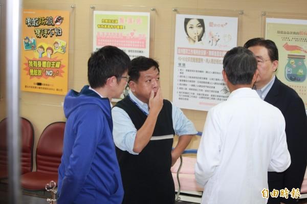 北市環保局長劉銘龍、前北市社會局長許立民到醫院探視。(記者沈佩瑤攝)